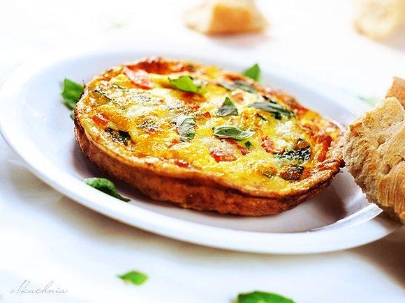 Omlet a'la neapolitana z pomidorami, mozzarellą i świeżą bazylią