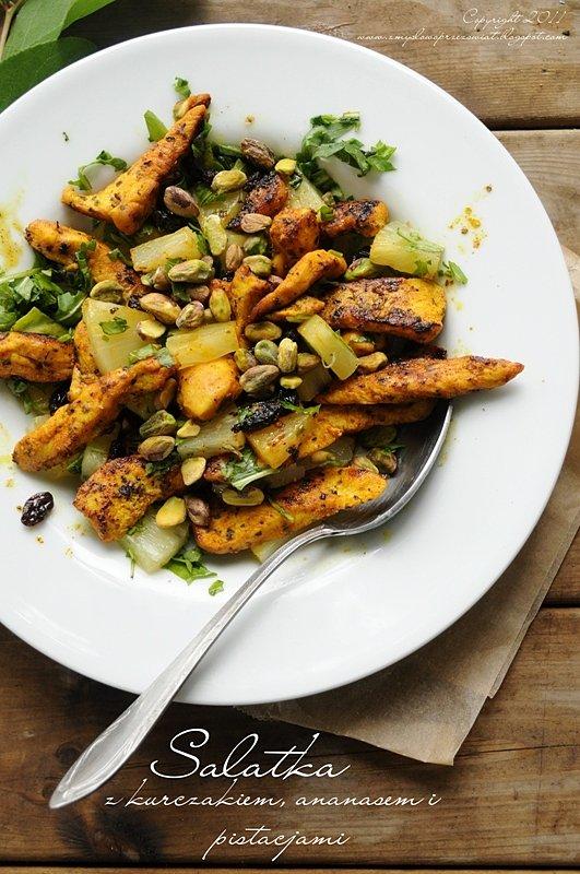 Lekka sałatka z kurczakiem, ananasem i pistacjami