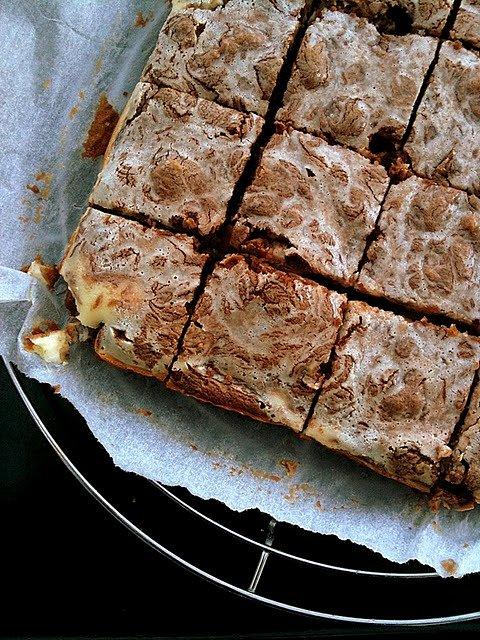 Sernikowo-marmurkowe brownies z orzechami