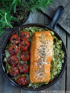 Makaron zapiekany z wędzonym łososiem, parmezanem i pomidorami