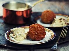 Śledzie w sosie musztardowym z przyprawą piernikową podawane z pieczonym jabłkiem