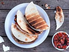 Chilli NON carne w grillowanych tortillach podawane z pikantną salsą