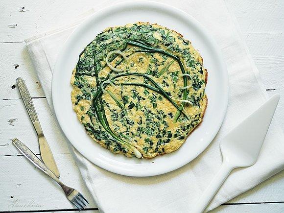 Omlet ze szpinakiem, młodą cebulką i szczypiorkiem