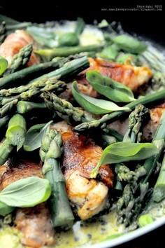 Piersi z kurczaka w szynce szwarcwaldzkiej, ze szparagami i zielonym pesto