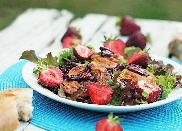 Sałatka z grillowanym oscypkiem, truskawkami i sosem truskawkowym