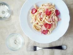 Tagliatelle z łososiem w sosie z białego wina i odrobiną gorczycy