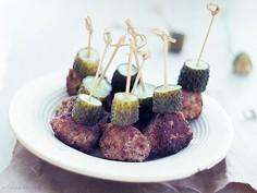 Klopsiki z kaszubskiej okrasy z gęsi podane z ogórkami małosolnymi