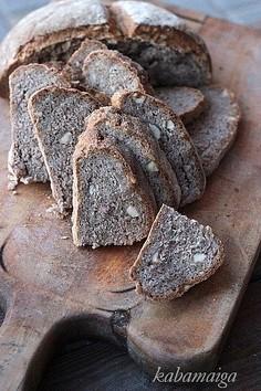 Chleb żytni z orzechami laskowymi