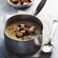 Zupa – krem z ziemniaków podawana z podsmażanymi borowikami