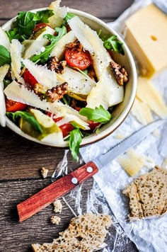 Sałatka z gruszką, serem i orzechami