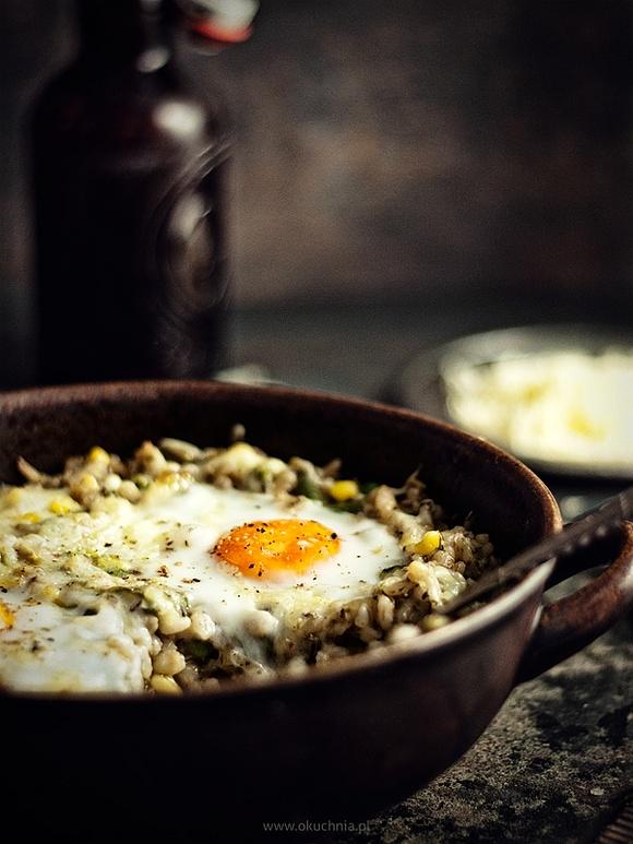Pęczak zapiekany z warzywami, wędzonym serem i jajkiem