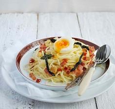 Spaghetti z boczkiem, szałwią i jajkiem na miękko