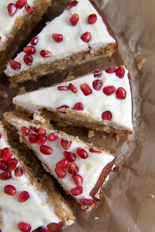 Ciasto kawowe z białą czekoladą przekładane masą z serka