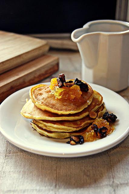 Pomarańczowe pancakes z karmelizowanymi pomarańczami i migdałami prażonymi w cynamonie