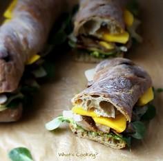 Chrupiące sandwicze ze stekiem, słodkim mango i sosem BBQ