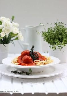 Dietetyczne spaghetti z klopsami drobiowymi w sosie pomidorowo paprykowym