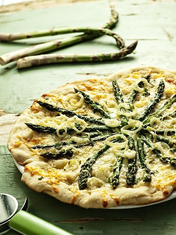 Wiosenna pizza ze szparagami