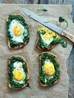 Grzanki z jajkiem i szpinakiem