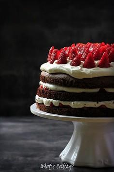 Czekoladowy tort z truskawkami i bitą śmietaną