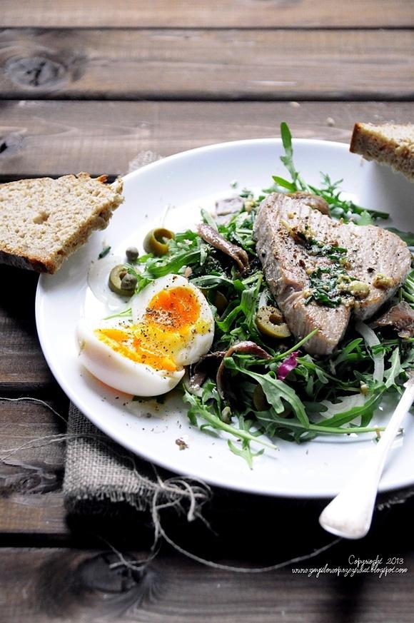 Sałatka nicejska ze świeżym tuńczykiem i jajkiem