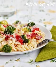 Fusilli w sosie serowym z brokułami i szynką włoską