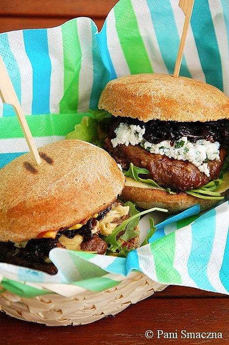 Wołowe burgery z rukolą i karmelizowaną czerwoną cebulą w pełnoziarnistej bułce