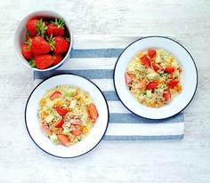 Sałatka z kaszy kuskus z marchewką, truskawkami i awokado
