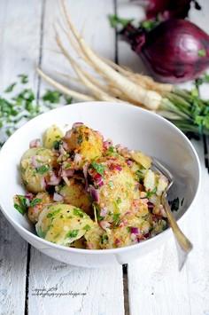 Sałatka z młodych ziemniaków z czerwoną cebulą, cytryną i natką pietruszki