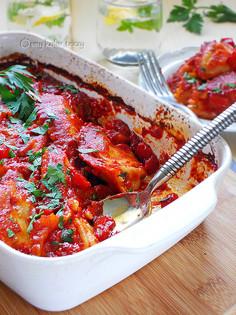 Pierogi z ziołowym serem zapiekane w sosie pomidorowym
