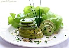 Zielona sałatka z kiwi, gruszką i awokado