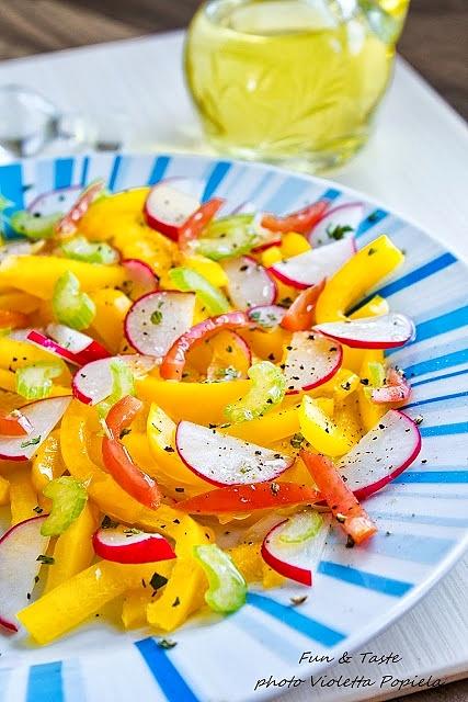 Sałatka z żółtej papryki, rzodkiewki i selera