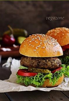Wegetariańskie burgery z sosem miodowo-musztardowym