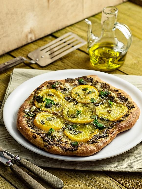 Pizza z zielonym pesto i żółtymi pomidorami