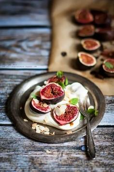 Figi zapiekane z miodem, z bitą śmietaną i prażonymi migdałami