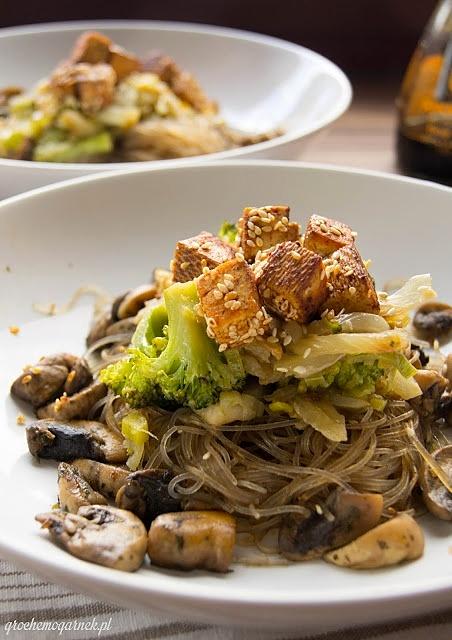 Tofu z makaronem sojowym i warzywami