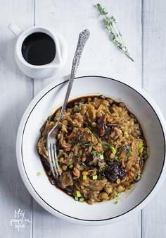 Świąteczny, wegetariański bigos z kiszonej kapusty, grzybów i soczewicy