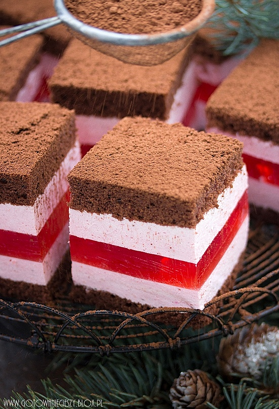 Warstwowe ciasto truskawkowe