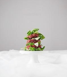 Pieczone burgery z burakiem, kaszą jaglaną i ziarnami