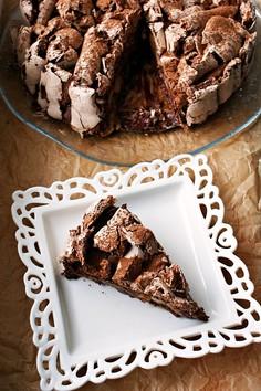 Czekoladowy tort bezowy z gruszkami