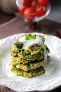Zdrowe placuszki brokułowe z sosem czosnkowo-jogurtowym