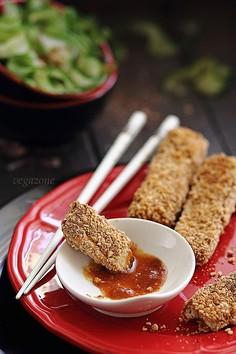 Pikantne tofu w panierce z orzeszków ziemnych i chińska sałatka z ogórka