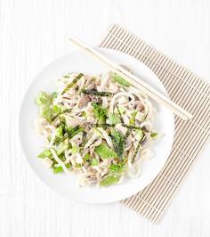 Szybki azjatycki obiad - makaron udon ze świeżą fasolką, tofu i słodkim dressingiem z miso