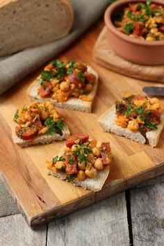 Chleb andaluzyjski - tapas z chorizo i cieciorki