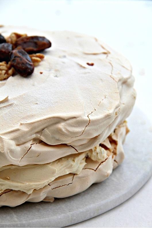 Tort dacquoise z orzechami i daktylami