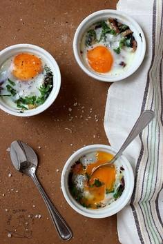 Jajka zapiekane z botwinką i parmezanem