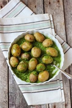 Młode ziemniaczki z salsą verde i jajkiem sadzonym