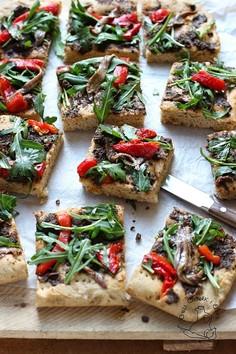 Coca - hiszpańska pizza z tapenadą, anchois, rukolą i pieczoną papryką