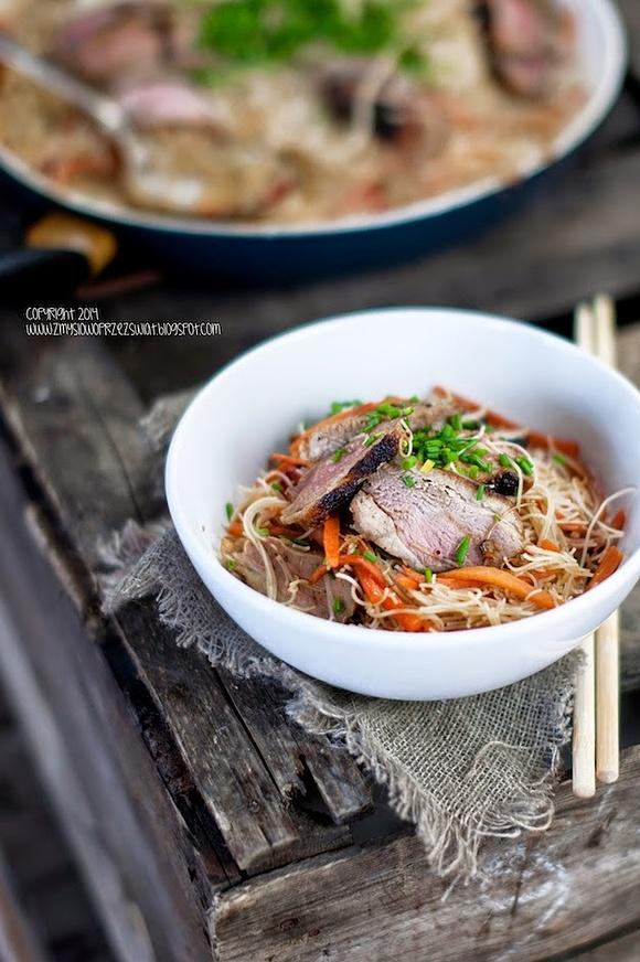 Makaron ryżowy z kaczką w azjatyckim stylu