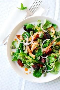 Zielona sałatka z bobem i boczniakami