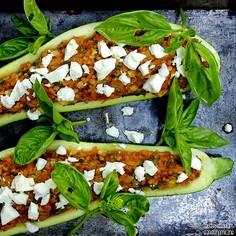 Cukinia nadziewana kaszą jaglaną i warzywami z serem feta